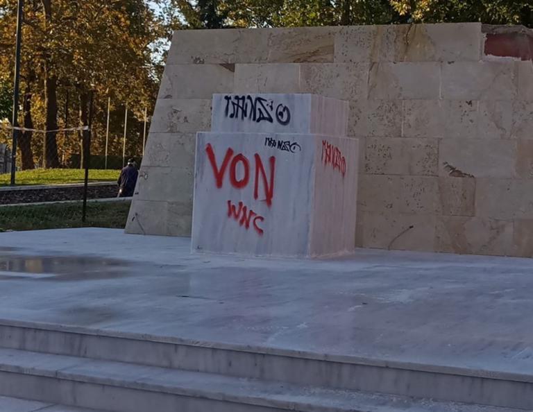 Ξάνθη: Οργή! Βανδάλισαν το υπό κατασκευή άγαλμα του Καραμανλή