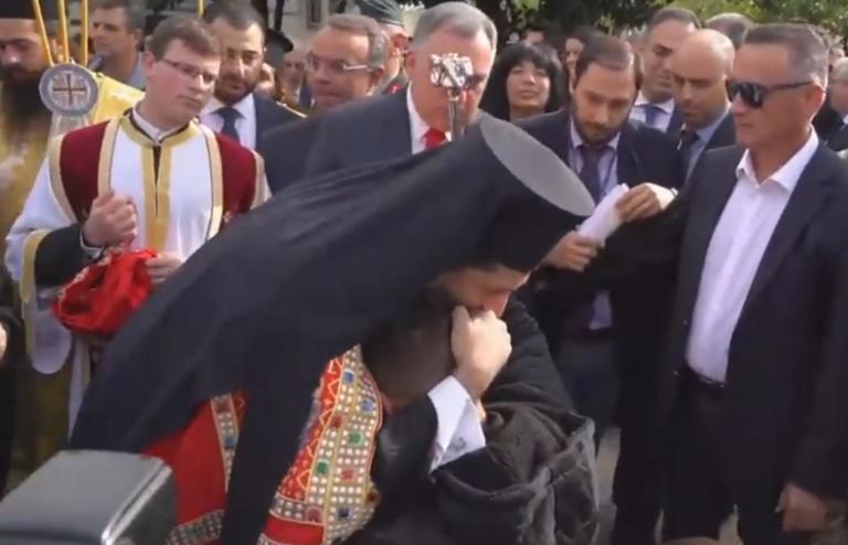 Λαμία: Συγκίνησε ο νέος μητροπολίτης Φθιώτιδας Συμεών – Φίλησε το χέρι νεαρού σε αναπηρικό αμαξίδιο – video