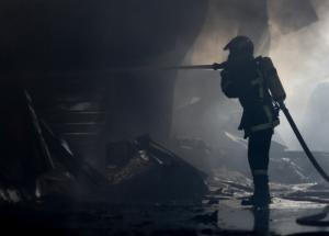 Φωτιά σε σπίτι στο Λαύριο: Χωρίς τις αισθήσεις της μια γυναίκα!