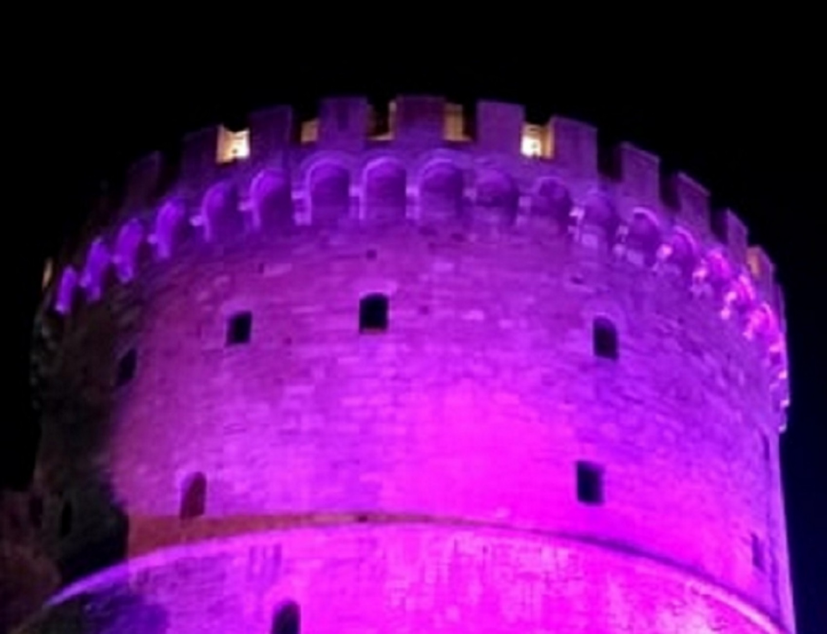 Θεσσαλονίκη: Ο Λευκός Πύργος έγινε… μωβ – Ο λόγος της φωταγώγησής του!