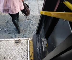 Θεσσαλονίκη: Ο απίστευτος λόγος που έσπασε το τζάμι του λεωφορείου – Τα χρειάστηκαν οι επιβάτες [pics]