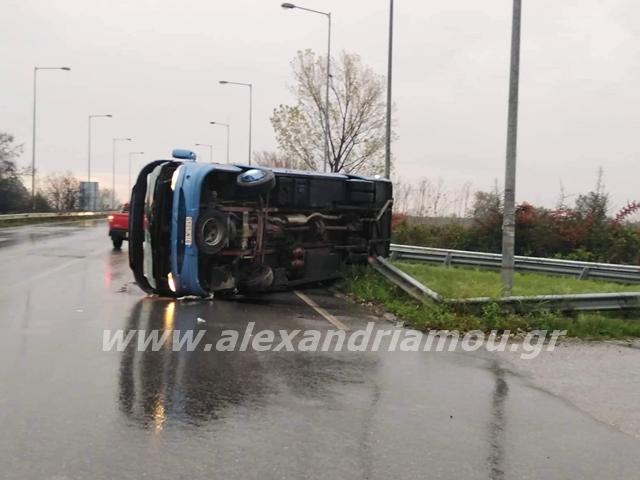 Ανατροπή λεωφορείου στην έξοδο προς Εγνατία – Αυτοψία στο σημείο του ατυχήματος (pics, video)