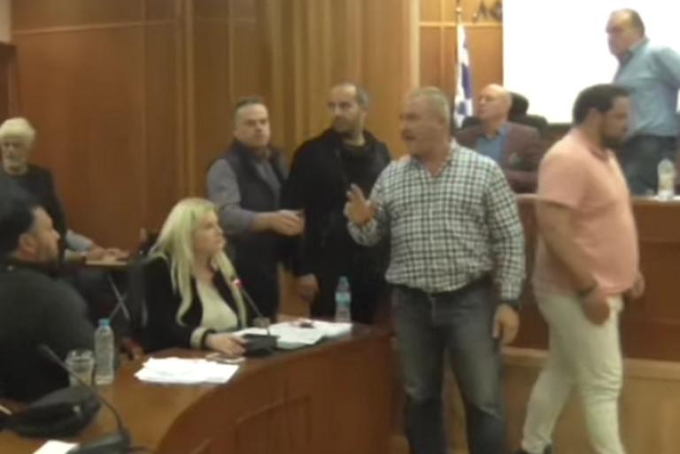 """Λουτράκι: """"Ειρωνείες και μαγκίτσες από νιάνιαρα δε σηκώνω"""" – Παραλίγο να πέσει ξύλο στο δημοτικό συμβούλιο – video"""