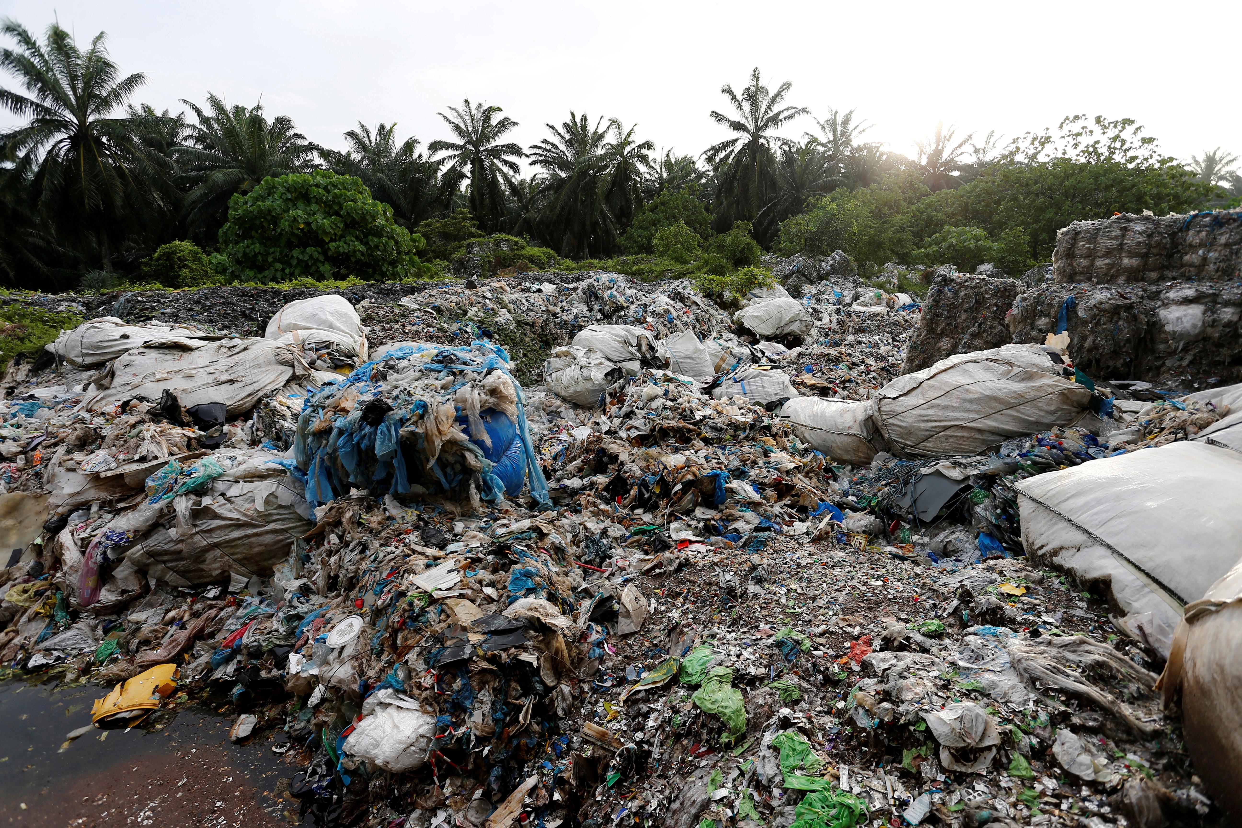 Η Βρετανία παίρνει πίσω τα… σκουπίδια της που είχε στείλει παράνομα στη Μαλαισία