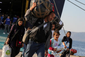 Στον Πειραιά 70 πρόσφυγες και μετανάστες