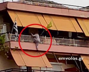 Ημαθία: Εικόνες που κόβουν την ανάσα – Γυναίκα βρέθηκε να κρέμεται από το μπαλκόνι του σπιτιού της – video