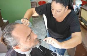 Κρήτη: Αυτή είναι η μοναδική μπαρμπέρισσα του Ρεθύμνου – Οι πελάτες της αυξάνονται συνεχώς – video