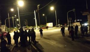 Νάουσα: Η πληροφορία για αφίξεις μεταναστών έβγαλε τους κατοίκους στο δρόμο – Ξενύχτι με μπλόκα και οδοφράγματα – video