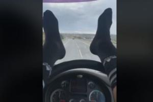Κρατά το τιμόνι με τα πόδια και κάνει live μετάδοση! Video