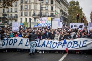 Παρίσι: Στους δρόμους χιλιάδες διαδηλωτές για να καταδικάσουν την ισλαμοφοβία
