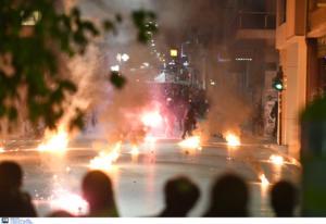 """Πάτρα: """"Εμπόλεμη ζώνη"""" με χημικά, μολότοφ, φωτιές και πετροπόλεμο – Αποπνικτική η ατμόσφαιρα – video"""