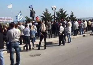 Πιερία: Απειλές και συνθήματα μίσους για τους πρόσφυγες – Στο στόχαστρο ο ξενοδόχος που δέχτηκε να τους φιλοξενήσει!