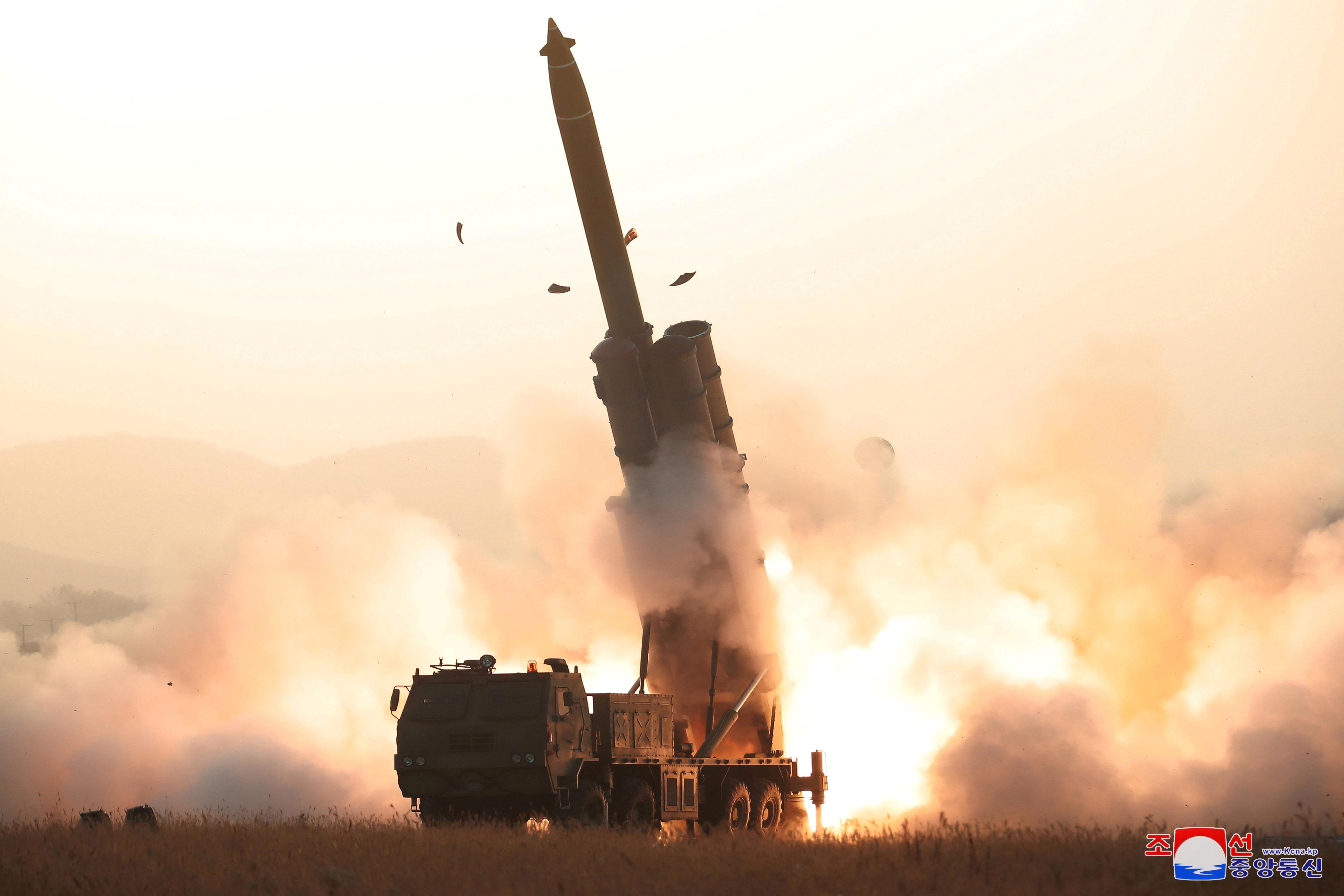 """Βόρεια Κορέα: Νέα, """"επιτυχής"""" δοκιμή εκτοξευτήρα πολλαπλών πυραύλων"""