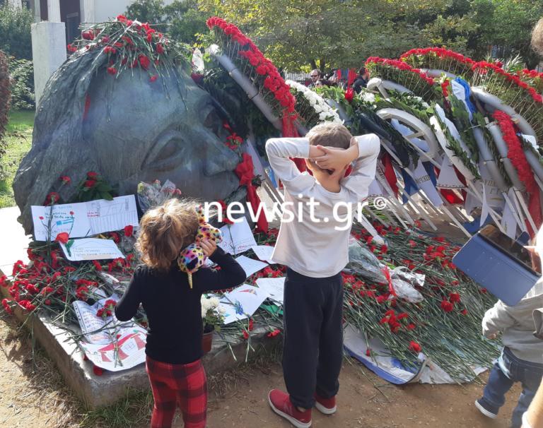Πολυτεχνείο 2019: Εκατοντάδες άνθρωποι στο μνημείο των πεσόντων [pics]
