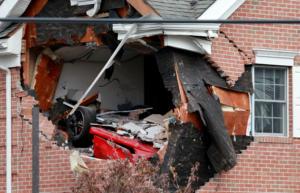 Μια Porsche Boxster «απογειώθηκε» και βρέθηκε στον δεύτερο όροφο κτιρίου! [vid]