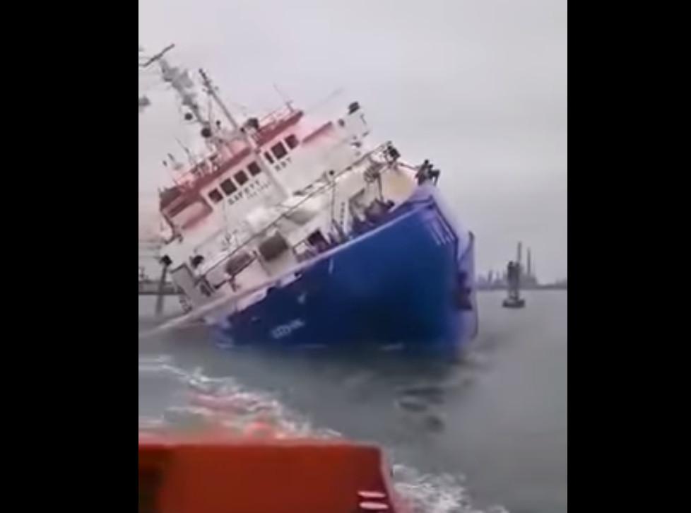 Αγωνιώδης προσπάθεια για να σωθούν... 14.600 πρόβατα από πλοίο που βυθίζεται!