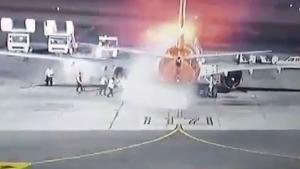 Τρόμος: Η στιγμή που αεροπλάνο με 196 επιβαίνοντες τυλίγεται στις φλόγες [video]
