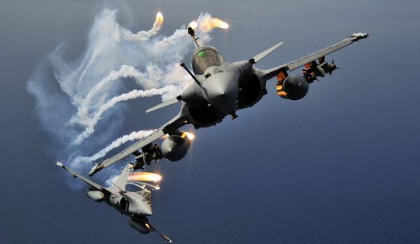 """Πως το """"ανίκητο"""" stealth F-22 έχασε από γαλλικά μαχητικά [vid]"""