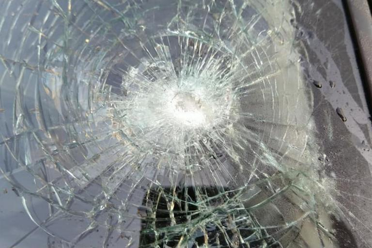 """Χανιά: Αδέσποτη σφαίρα έκανε θρύψαλα αυτό το παρμπρίζ αυτοκινήτου – """"Τα παιδιά μου έκλαιγαν από φόβο"""" [pics]"""