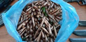 Ηράκλειο: Οι σφαίρες με το τσουβάλι – Πατέρας και γιος έτοιμοι για πόλεμο – Οι εικόνες μετά την έφοδο αστυνομικών [pics]