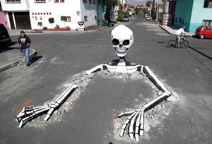 Μέρα των Νεκρών: Τεράστιος σκελετός… στη μέση του δρόμου!