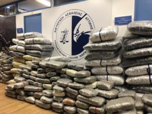 Κόρινθος: Βουνό από ναρκωτικά μέσα σε βανάκι – Ένας ανήλικος ανάμεσα στους συλληφθέντες [pics, video]