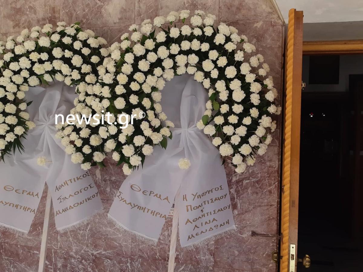 Κηδεία Γιάννη Σπανού: Χειροκρότησαν τη σορό του [Pics, video]