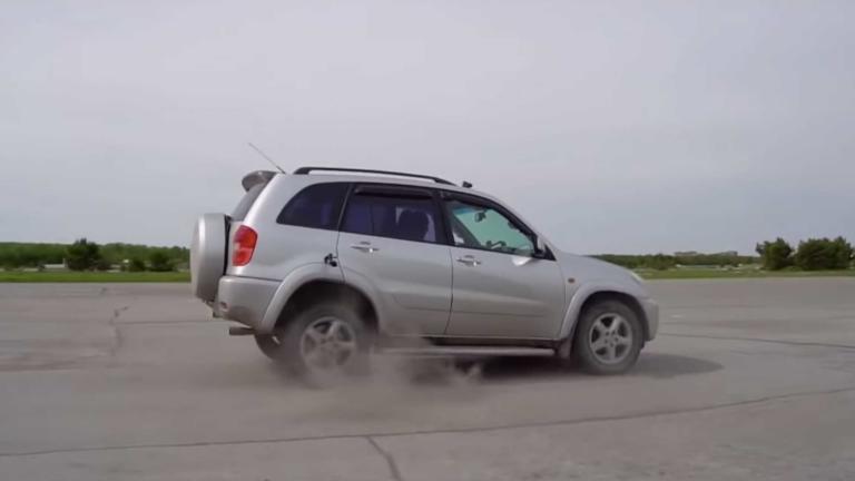 Δείτε τι γίνεται όταν βάζεις όπισθεν σε αυτοκίνητο με αυτόματο κιβώτιο στα 100 km/h; [video]