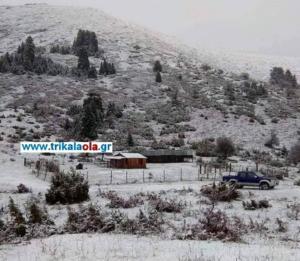 Τρίκαλα: Έπεσε το πρώτο χιόνι – Στα λευκά η Τριγγία Καλαμπάκας και η Νέα Πεύκη Πύλης!