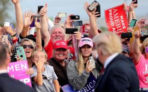 Τραμπ μέχρι… το κόκκαλο – Δεν αλλάζουν γνώμη οι ψηφοφόροι παρά τις αποκαλύψεις