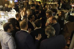 Τσίπρας: Χαμόγελα και selfies στο get together με τους βουλευτές [pics]