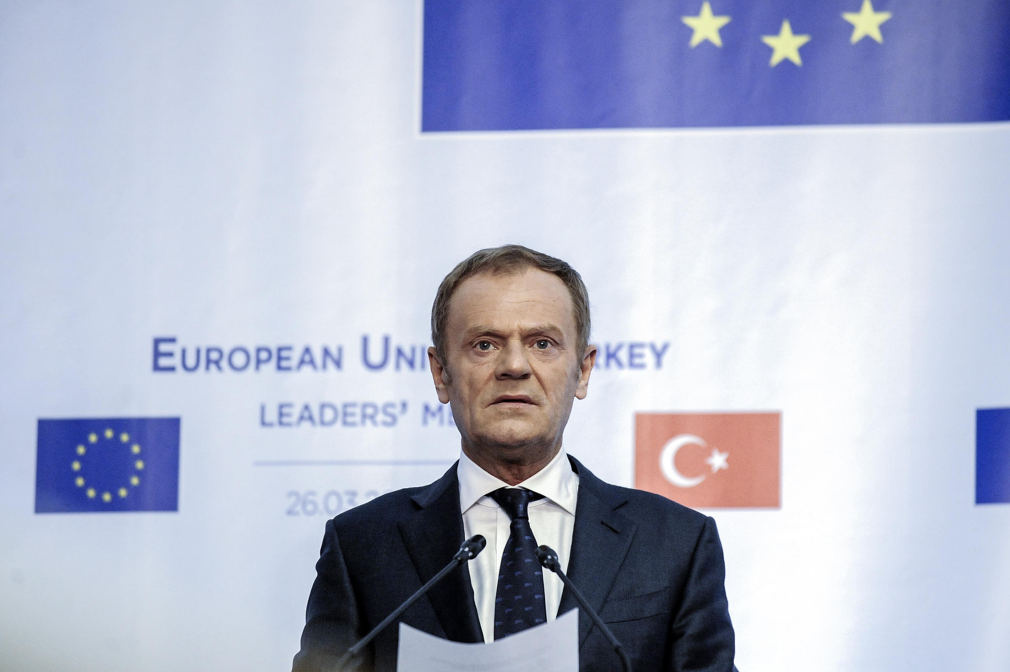 Ο Ντόναλντ Τουσκ καλεί το ΕΛΚ να διώξει το κόμμα του Όρμπαν