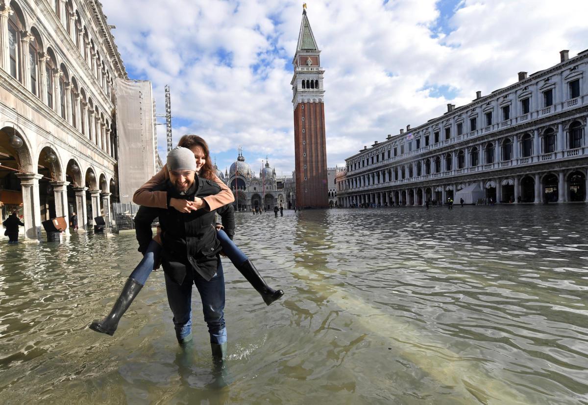 Εικόνες από την πλημμυρισμένη Βενετία: Oι selfies των τουριστών και οι «ιππότες» Βενετσιάνοι...