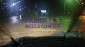 """Χαλκιδική: Η βροχή """"εξαφάνισε"""" πεζοδρόμια και αυτοκίνητα – Κινδύνεψαν στις πλημμύρες δύο γυναίκες – video"""