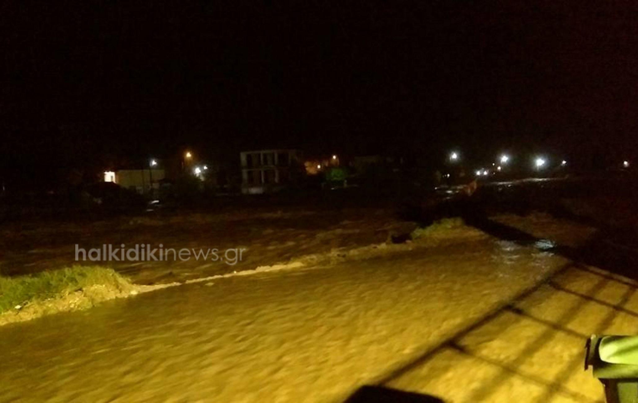 """Χαλκιδική: Έσπασαν φράγματα και πλημμύρισαν χωριά – """"Βούλιαξαν"""" ξανά η Ολυμπιάδα και η Ιερισσός [pics, video]"""