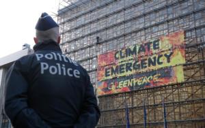 """Βρυξέλλες: Μέλη της Greepeace """"κατέλαβαν"""" κτίριο της ΕΕ – Τα απομάκρυνε η αστυνομία"""