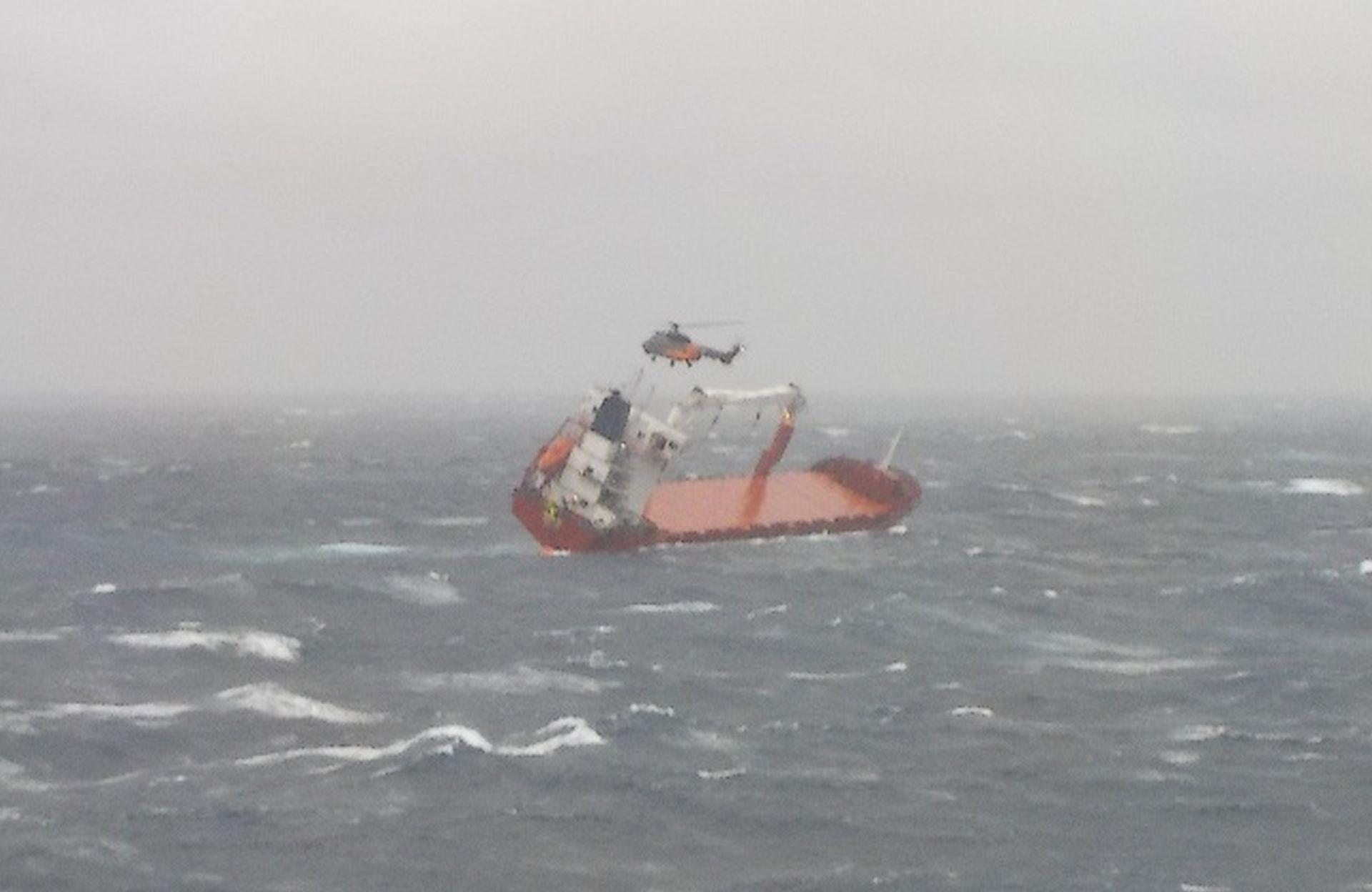 Γιγάντια επιχείρηση σωτηρίας ναυτικών ακυβέρνητου πλοίου στο Αιγαίο με ανέμους 9 μποφόρ - Συγκλονιστικές φωτογραφίες....