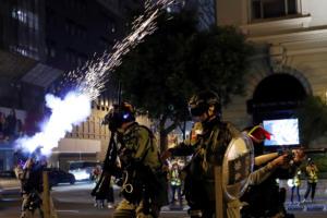 Χονγκ Κονγκ: Νέες συγκρούσεις διαδηλωτών με την αστυνομία την παραμονή των Χριστουγέννων