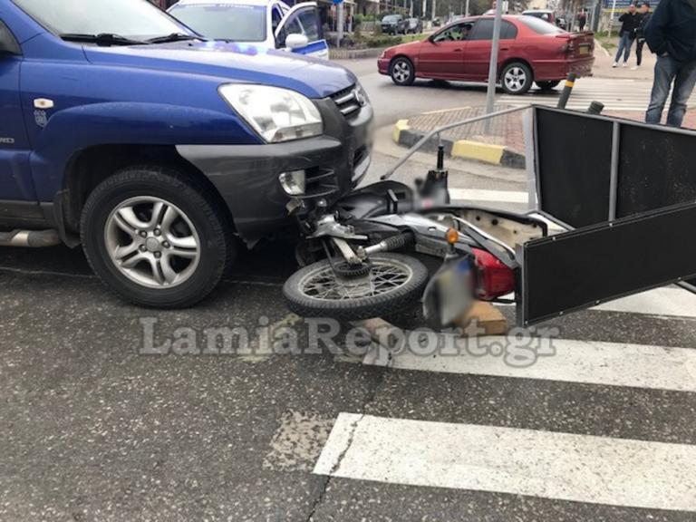Λαμία: Μηχανάκι ντελιβερά στις ρόδες αυτοκινήτου! Το κράνος του έσωσε τη ζωή [pics]