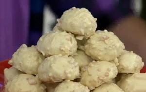 Κουραμπιέδες με λευκή σοκολάτα και αμύγδαλο