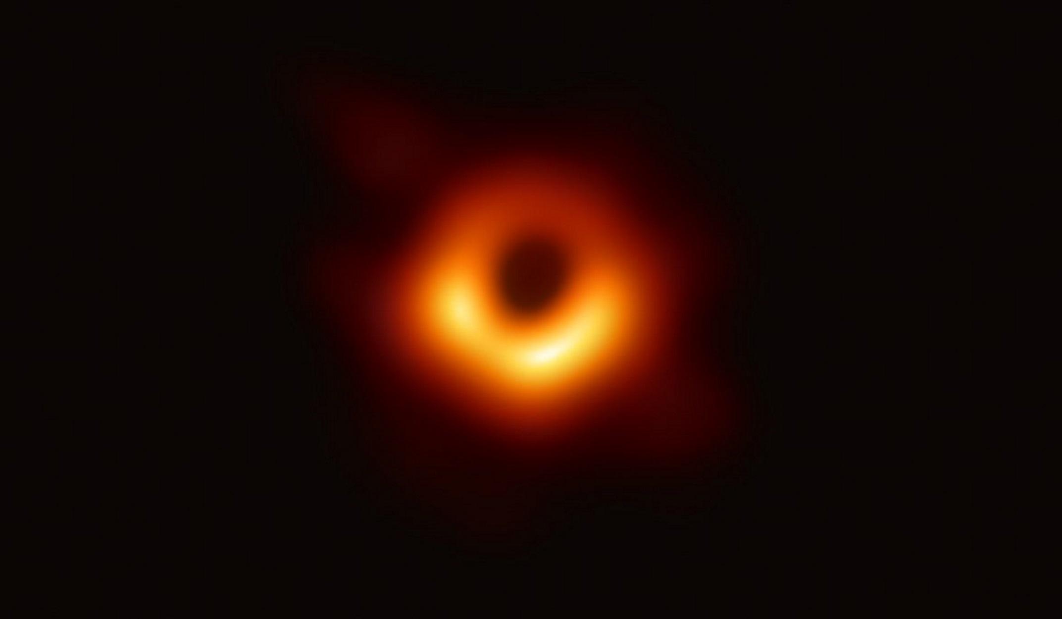"""Η """"μαύρη τρύπα"""" αποκαλύπτεται: Η φωτογραφία της χρονιάς"""
