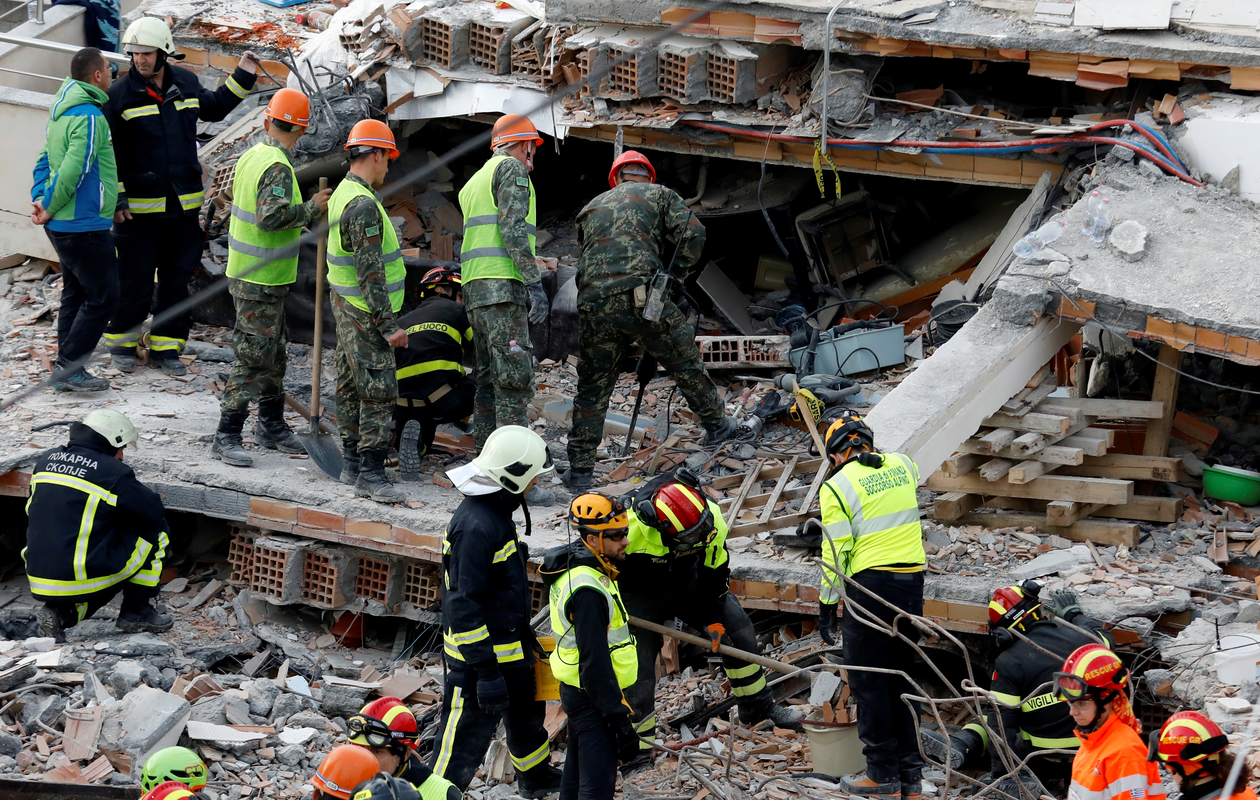 Ο Ράμα παρασημοφόρησε τα σωστικά συνεργεία που βοήθησαν στη διάσωση των εγκλωβισμένων από τον σεισμό