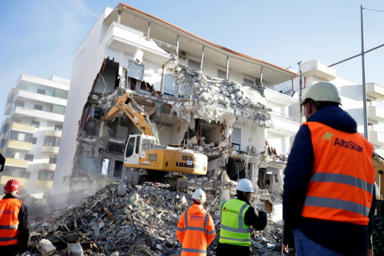 Σεισμός στην Αλβανία: Φοβούνται να γυρίσουν στα σπίτια τους οι κάτοικοι [pics]