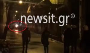 Εξάρχεια: Βίντεο ντοκουμέντο! Άντιεξουσιαστής παίρνει φωτιά… από την μολότοφ του! video
