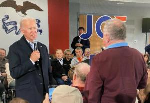 Άγριος καυγάς Μπάιντεν με ψηφοφόρο: «Είσαι γέρος!», «είσαι ψεύτης»! video
