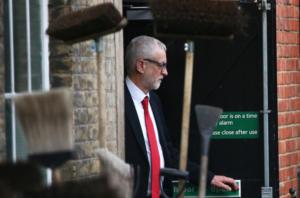 Βρετανία: Παραιτήθηκε μια υποψήφιος για την ηγεσία των Εργατικών