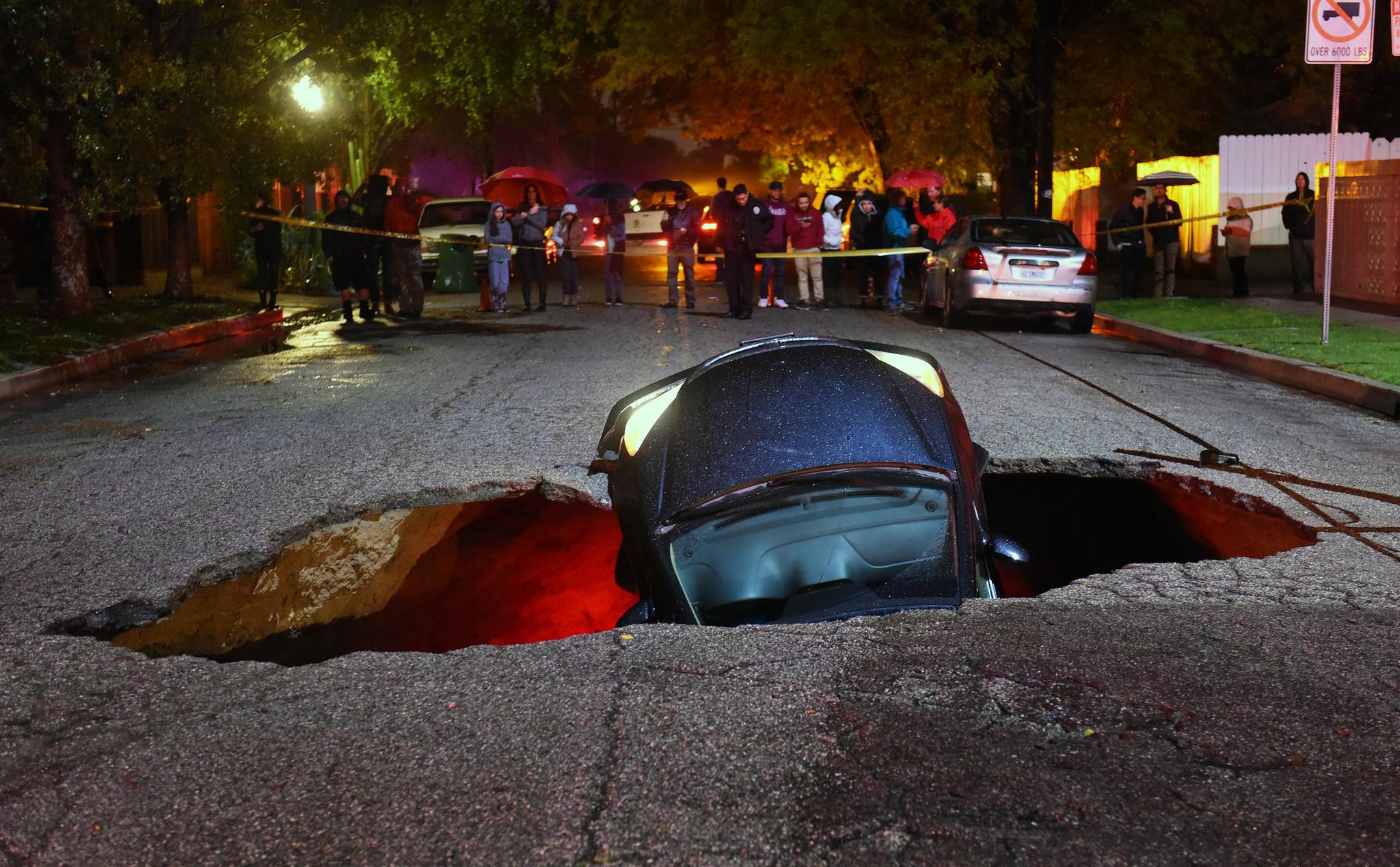 Αποζημίωση $4 εκατ. σε οδηγό που έπεσε με το αυτοκίνητο του σε τρύπα [vid]