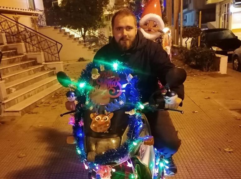 """Βόλος: Αυτός είναι ο γιορτινός ντελιβεράς που αύξησε τις παραγγελίες στην πιτσαρία! """"Τον ζητάνε οι πελάτες"""""""