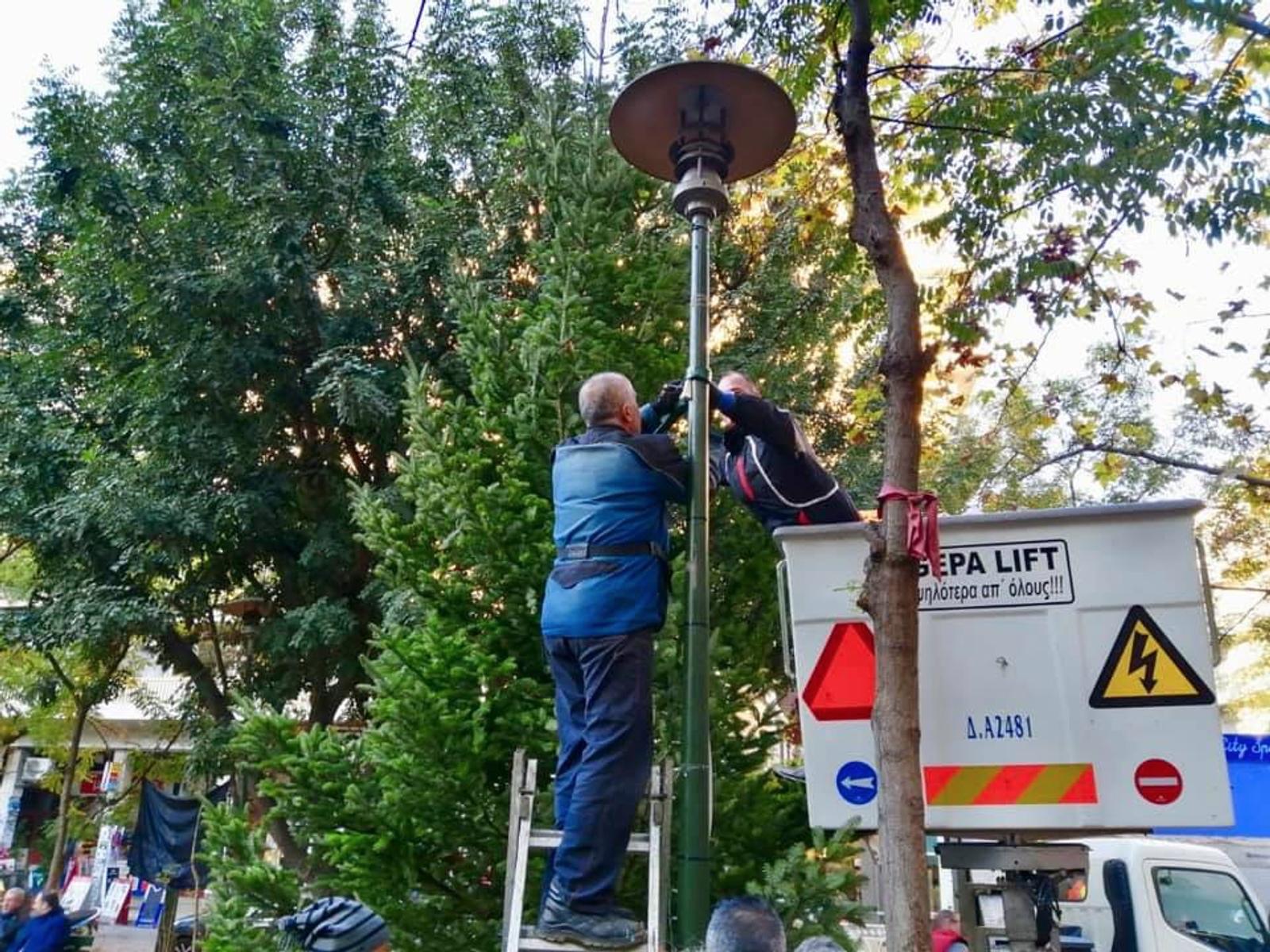 Ο Δήμος Αθηναίων στόλισε δέντρο στην πλατεία Εξαρχείων