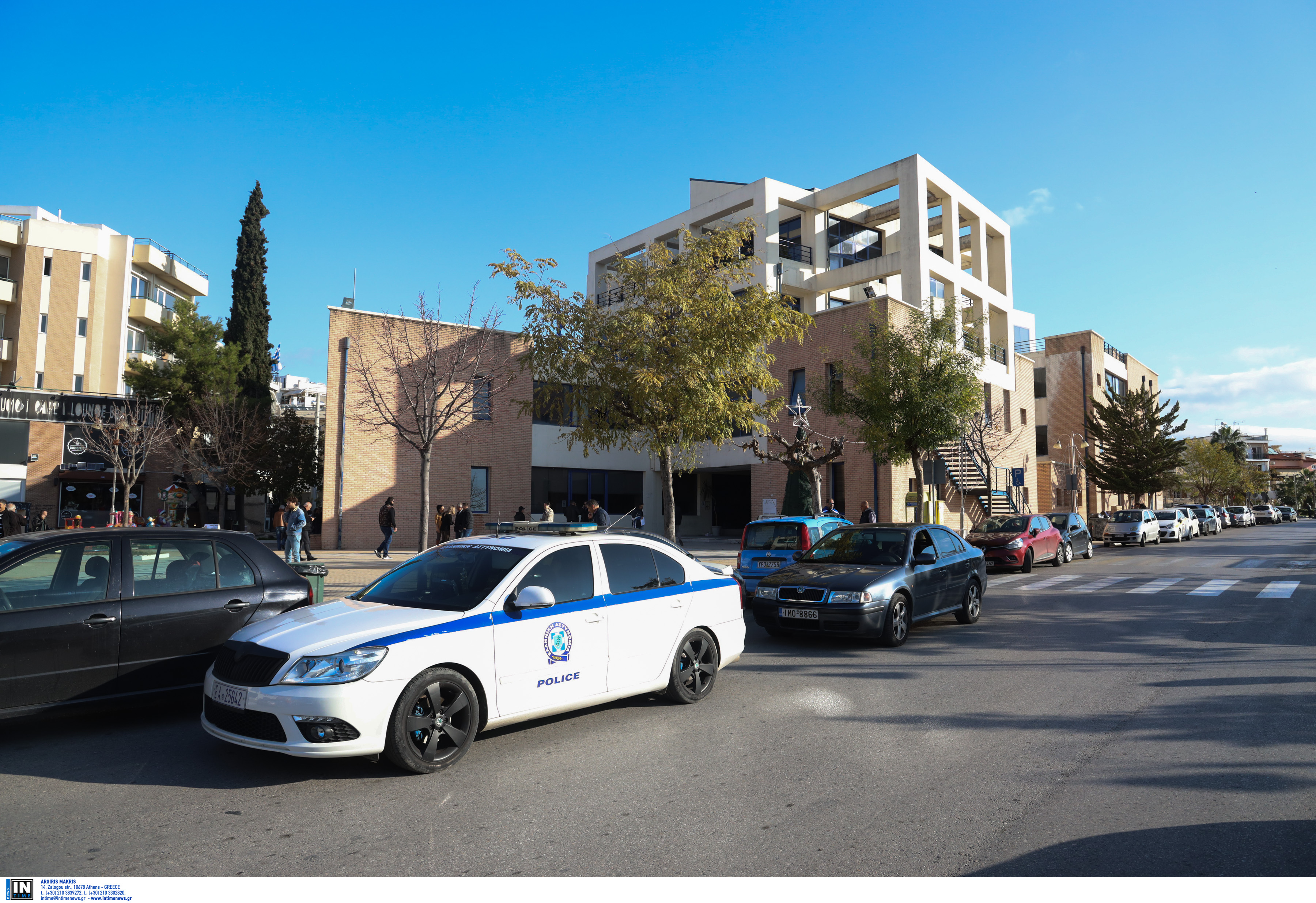 Μπούκαραν με κουκούλες και καλάσνικοφ στο δημαρχείο Αχαρνών - Τρόμος για υπαλλήλους και πολίτες